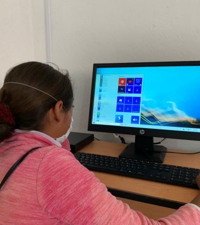 Cáritas continúa entregando computadoras a niños de escasos recursos